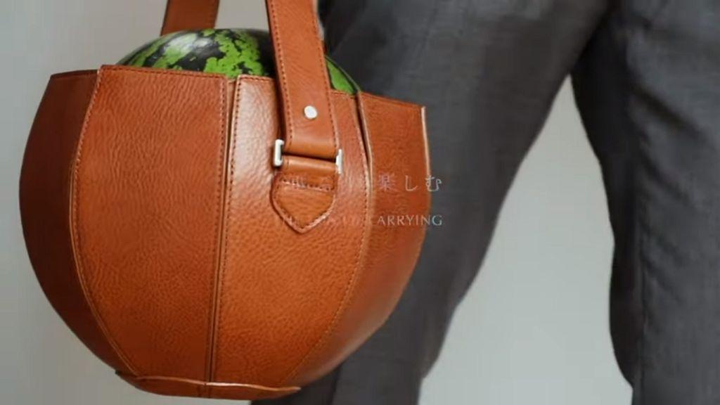 Itt az új trend: görögdinnye cipelésére készített táska