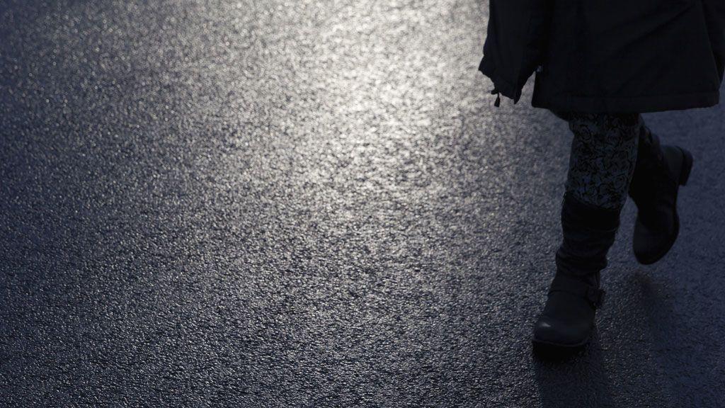 gyalogos sötétben