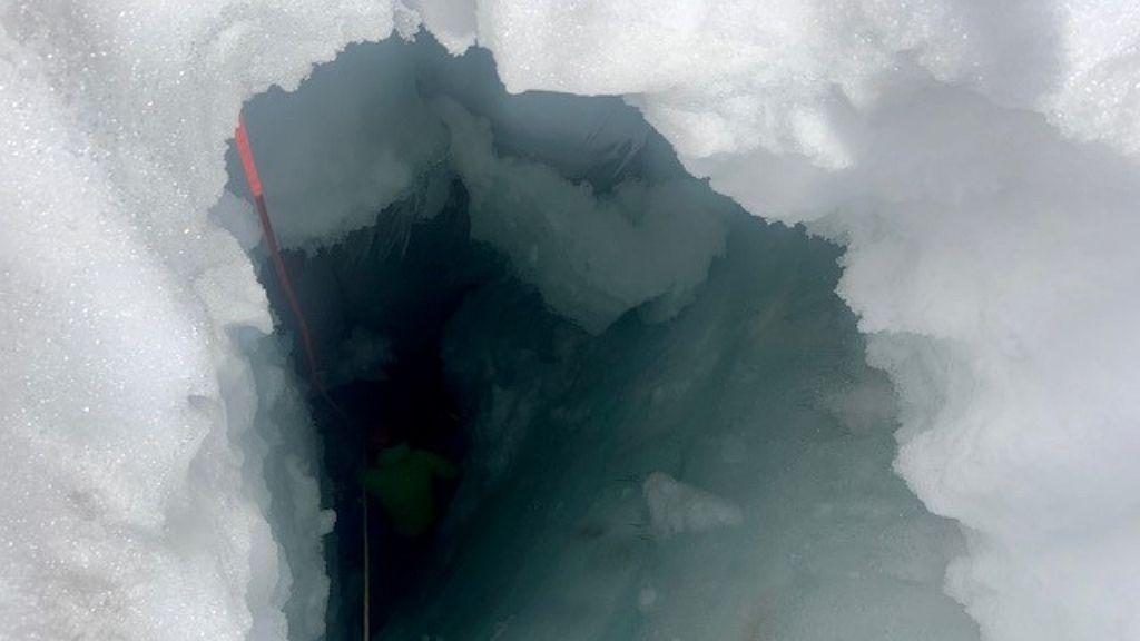 Két napot töltött a gleccserszakadékban a nő