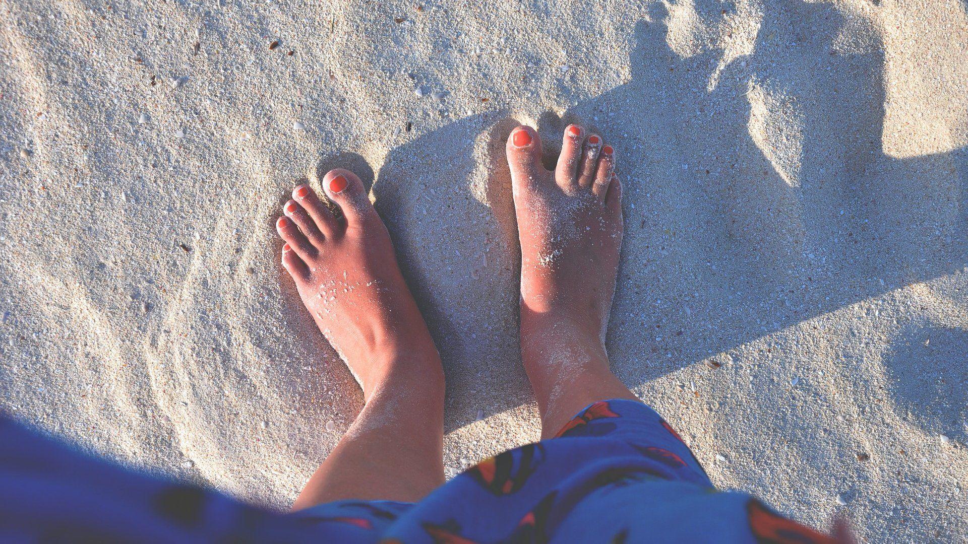 homokos tengerpart láb
