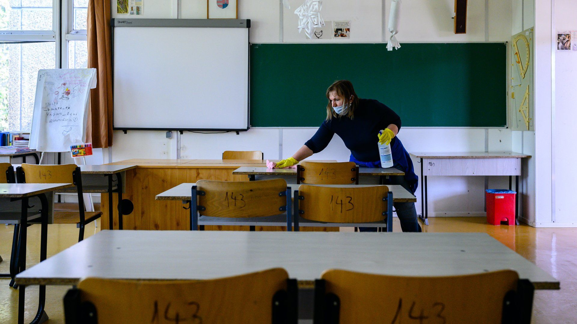 Fertőtlenítés egy iskolai tanteremben a koronavírus miatt