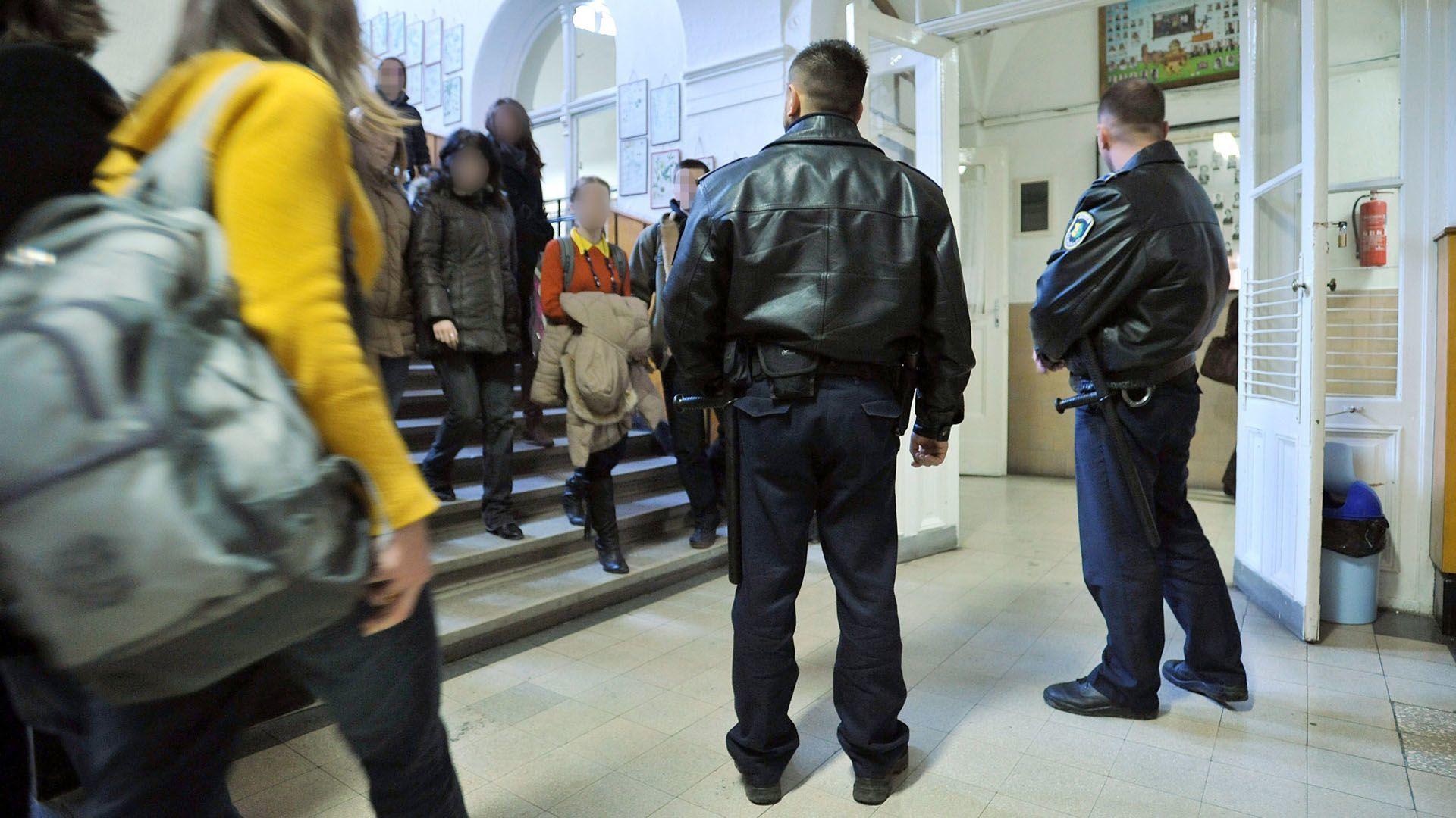 Rendőrök egy iskolában