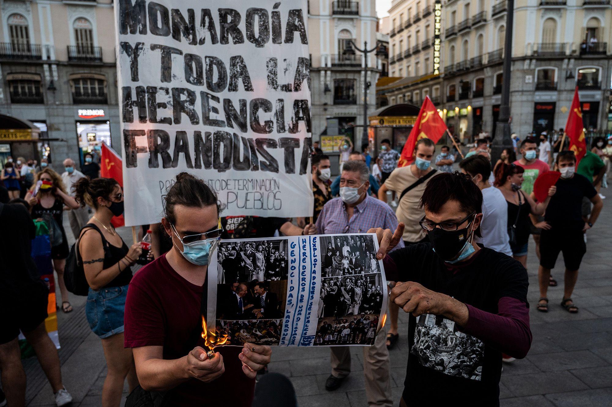Tüntetők a királyi család fotóit égetik rezidenciájuk előtt Spanyolországban augusztus 9-én (fotó: Marcos del Mazo/LightRocket via Getty Images)