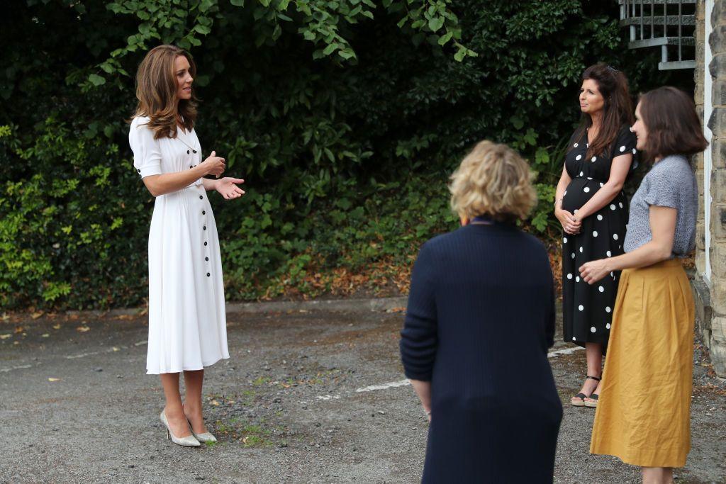 Katalin hercgné fehér ruhában a rendezvényen