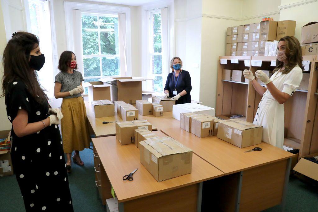 Katalin hercegné segített a dobozolásban