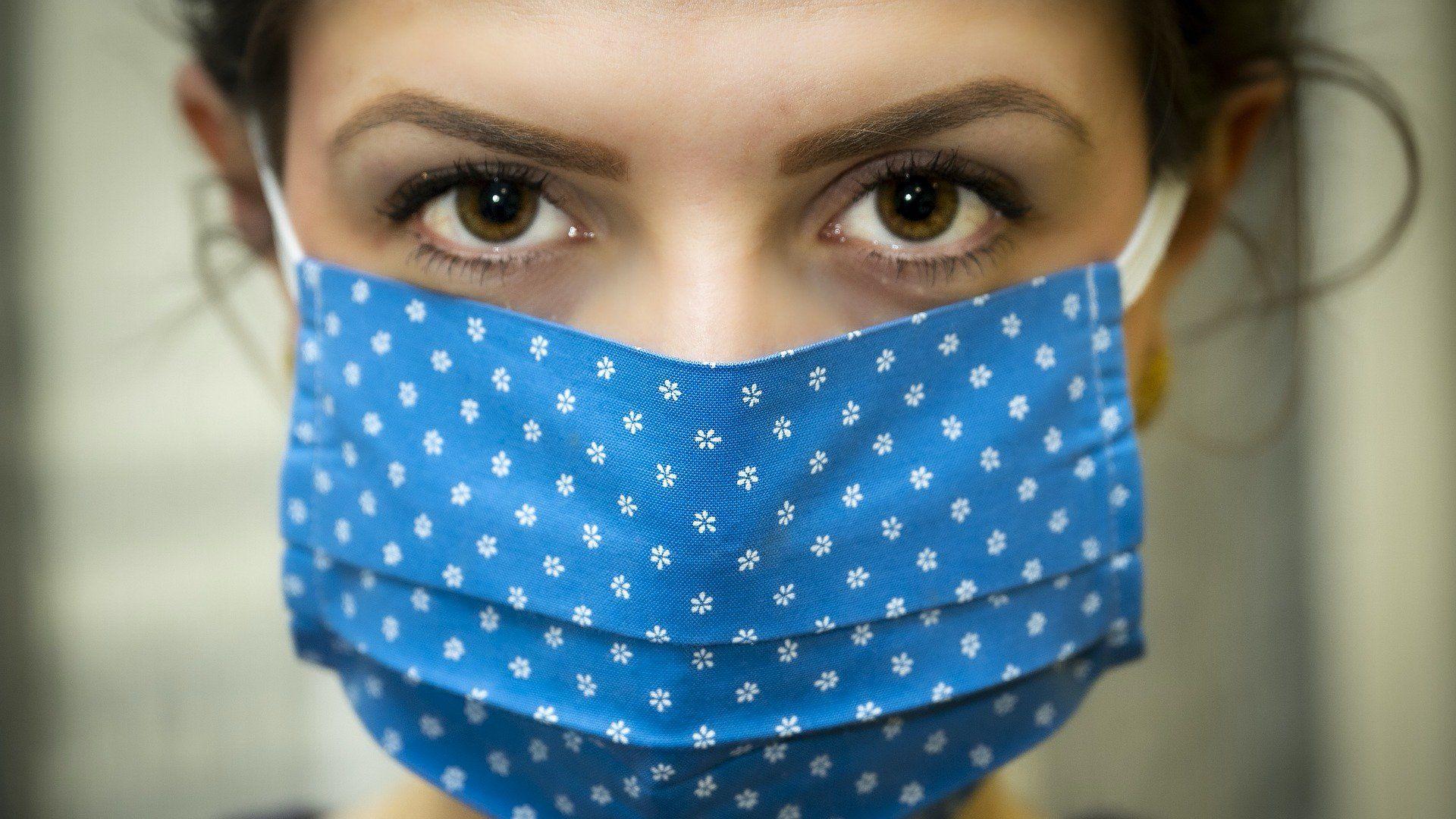 A koronavírus ellen szájmaszkot viselő nő