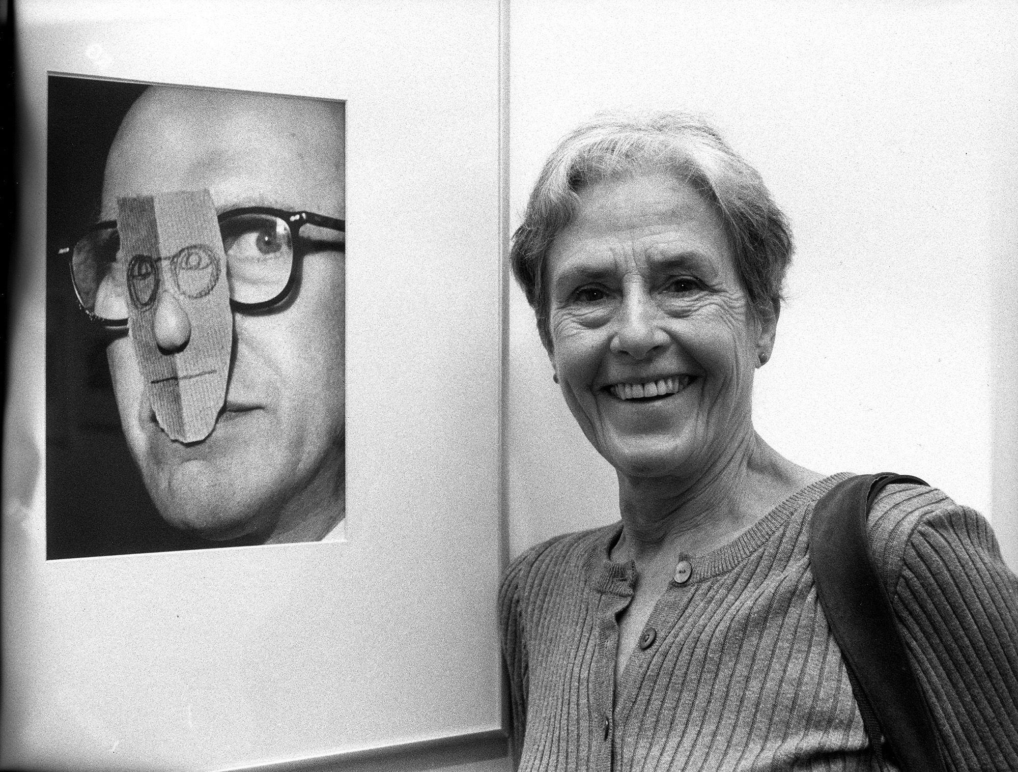 Inge Morath, mögötte Saul Steinberg portréja (fotó: Will/ullstein bild via Getty Images)