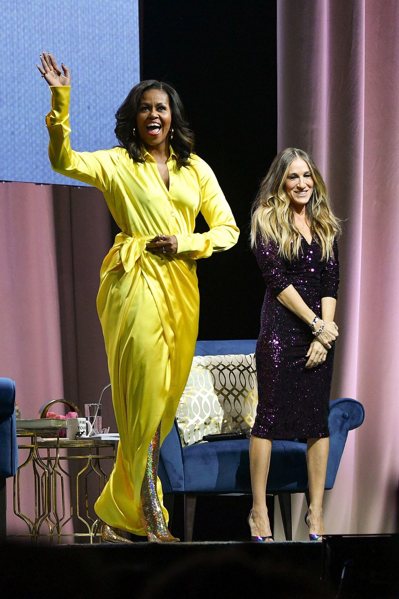 Michelle Obama ragyogó, sárga ruhát viselt, mikor Sarah Jessica Parkerrel beszélgetett egy rendezvényen az akkoriban megjelent könyvéről, 2018-ban.