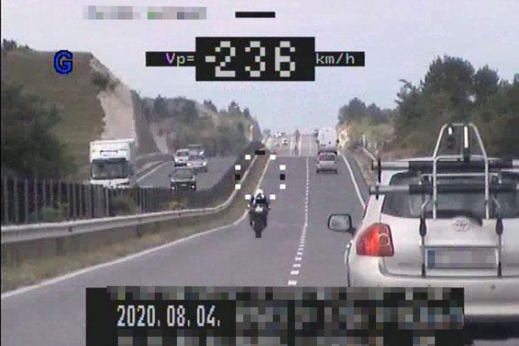 A megengedett sebesség több mint kétszeresével száguldozott egy motoros
