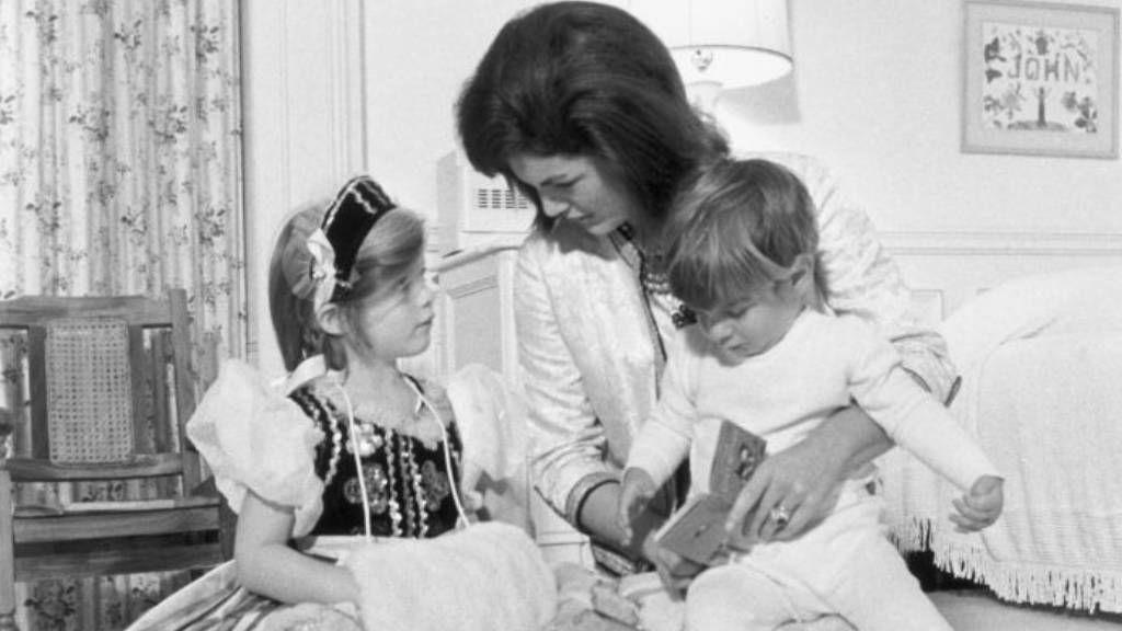 Jackie Kennedy és gyermekei a hálóban