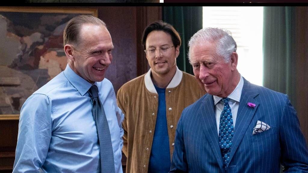 Károly herceg és Ralph Fiennes a 25. James Bond film forgatásán