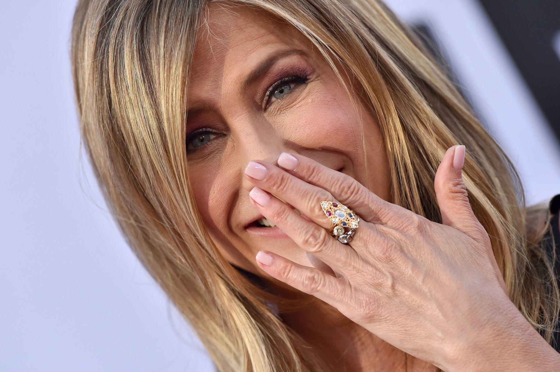 Jennifer Aniston nude manikűrrel
