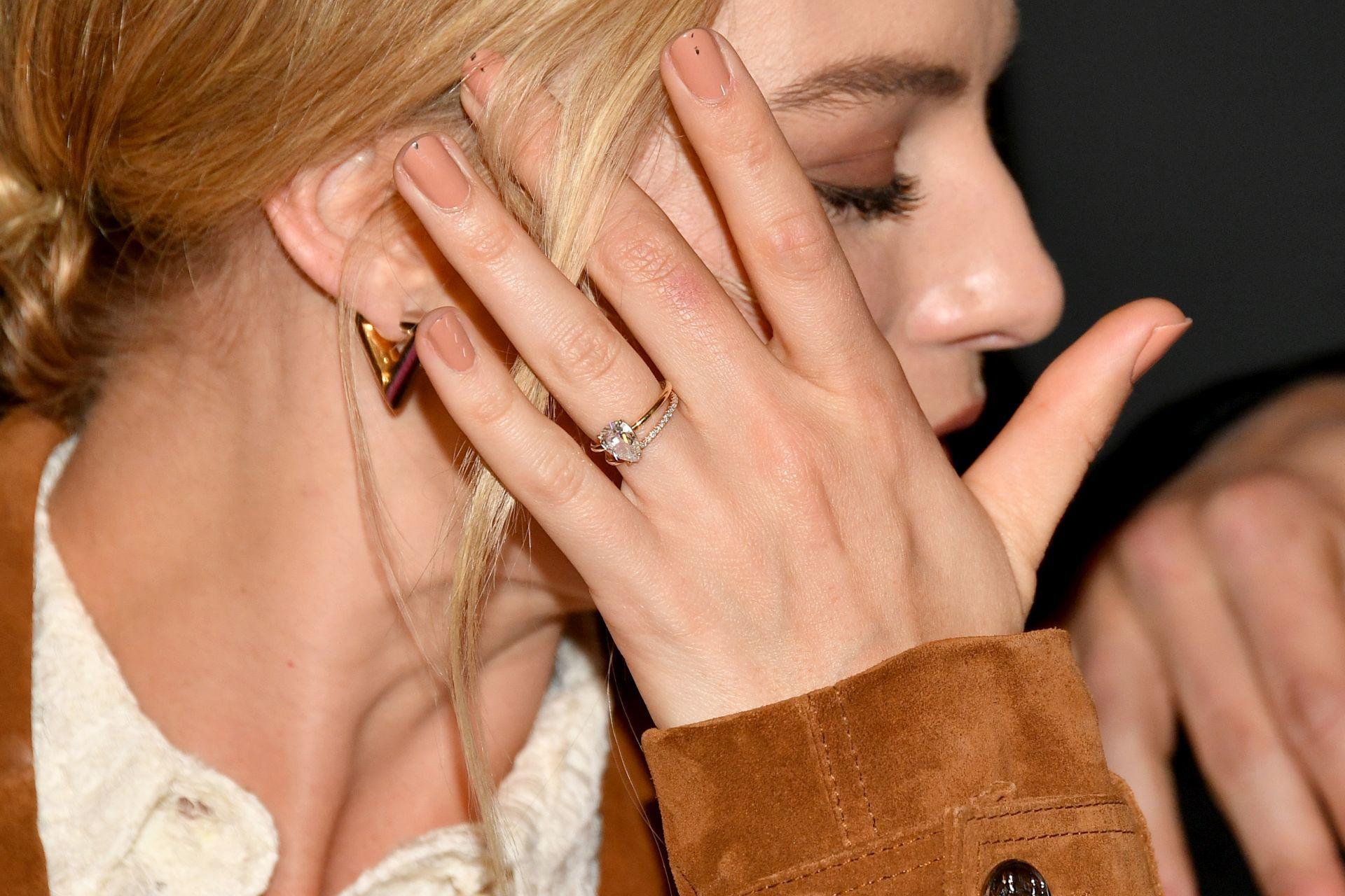 Margot Robbienude manikűrrel