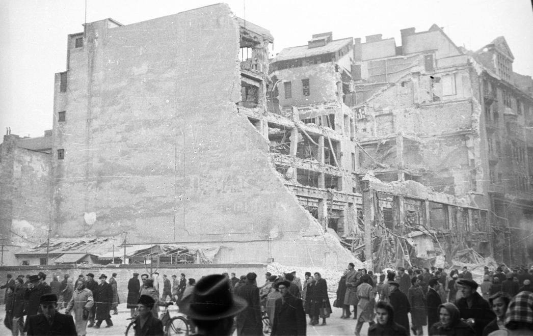 A Rákóczí út 72 alatt álló épület többször is elpusztult. Ez például egy 1956-os kép a homlokzatról, pontosabban annak helyéről. (Fotó: Fortepan)