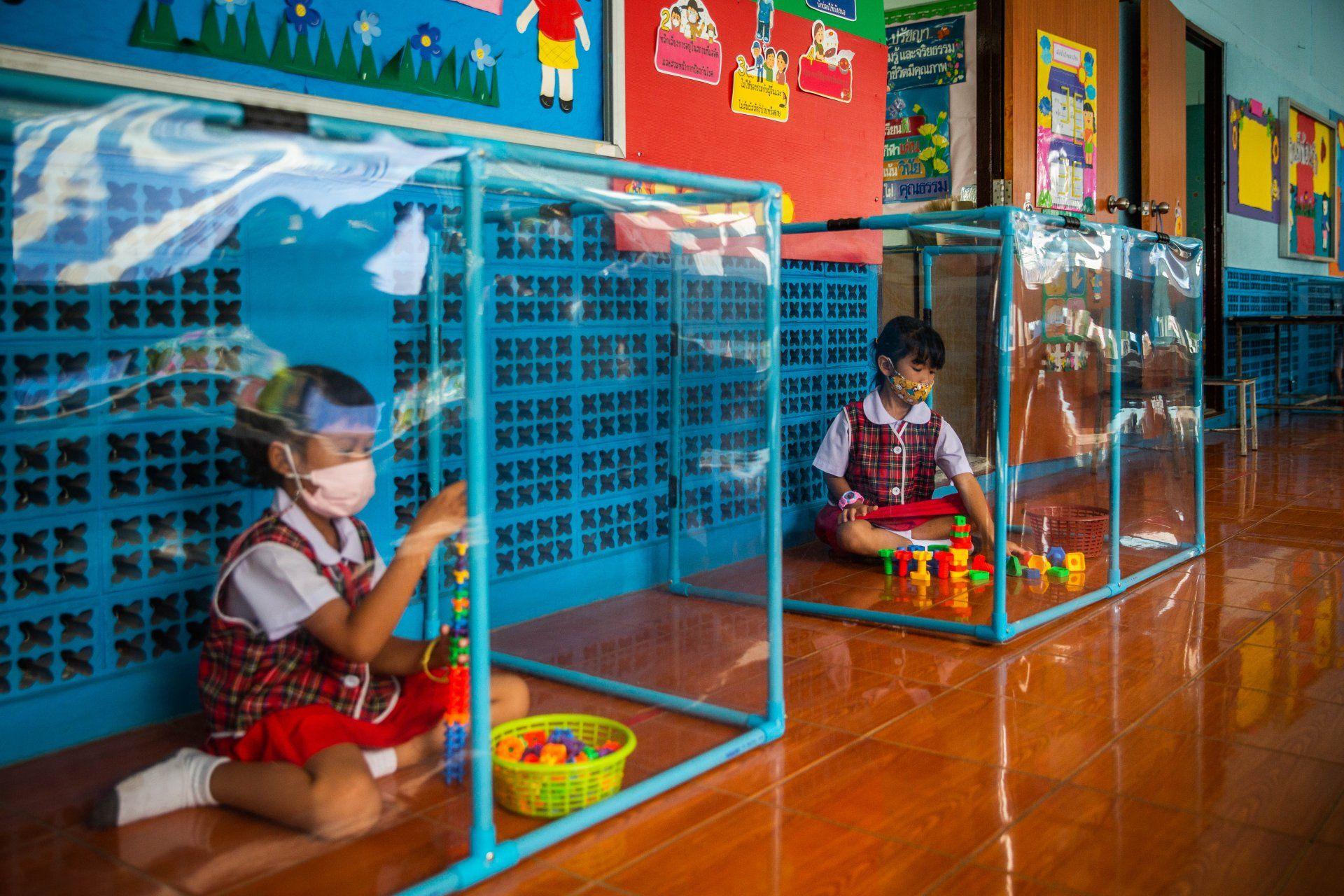 Bizarr műanyag ketrecekben ülnek a diákok az újranyitott thaiföldi iskolákban