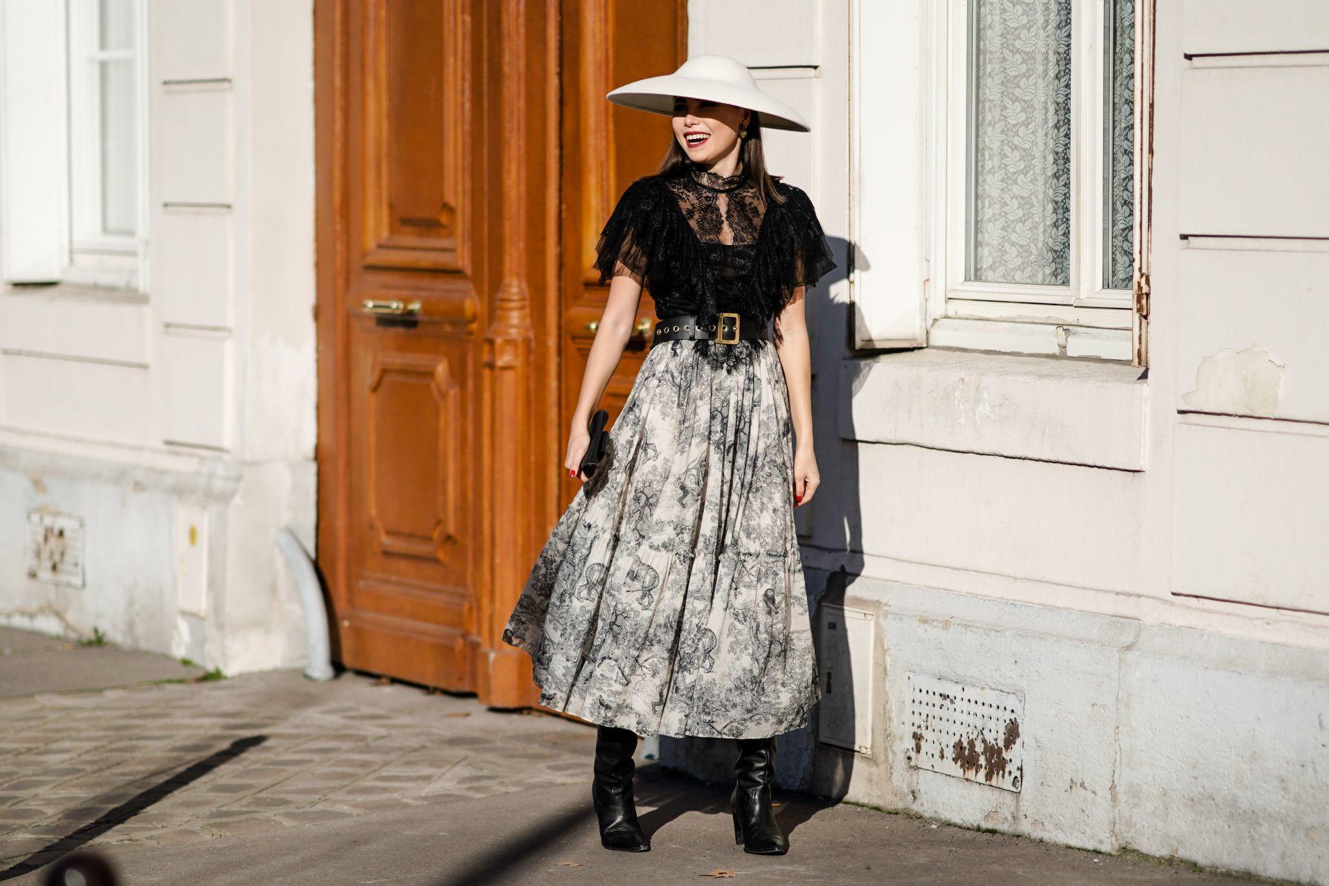 Street style: toile de Jouy mintás szoknya fekete, csipkés felsővel, kalappal