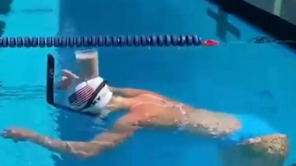 Kakaóval a fején ezd Katie Ledecky úszónő.