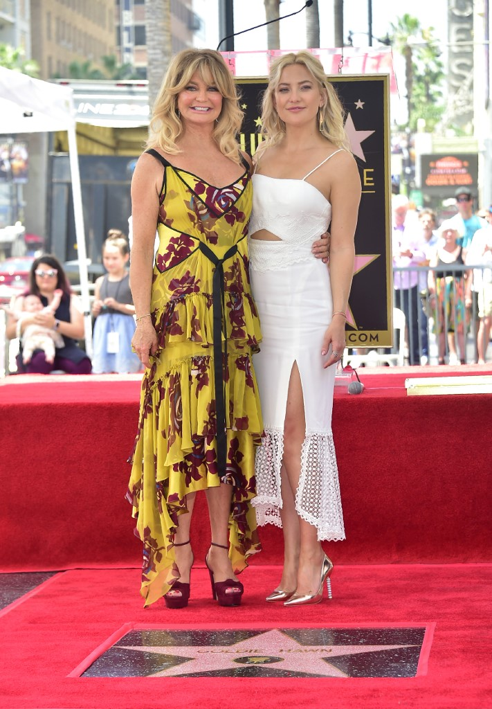 Goldie Hawn poses with daughter Kate Hudson at her and partner Kurt Russell's Walk of Fame Stars ceremony in Hollywood, California on May 4, 2017. (Photo by FREDERIC J. BROWN / AFP)