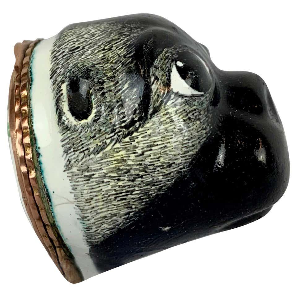 Bonbonosdobozként és tubákosszelenceként is használható porcelán mopszfej kb. 1770-ből (fotó: 1stdibs.co.uk)