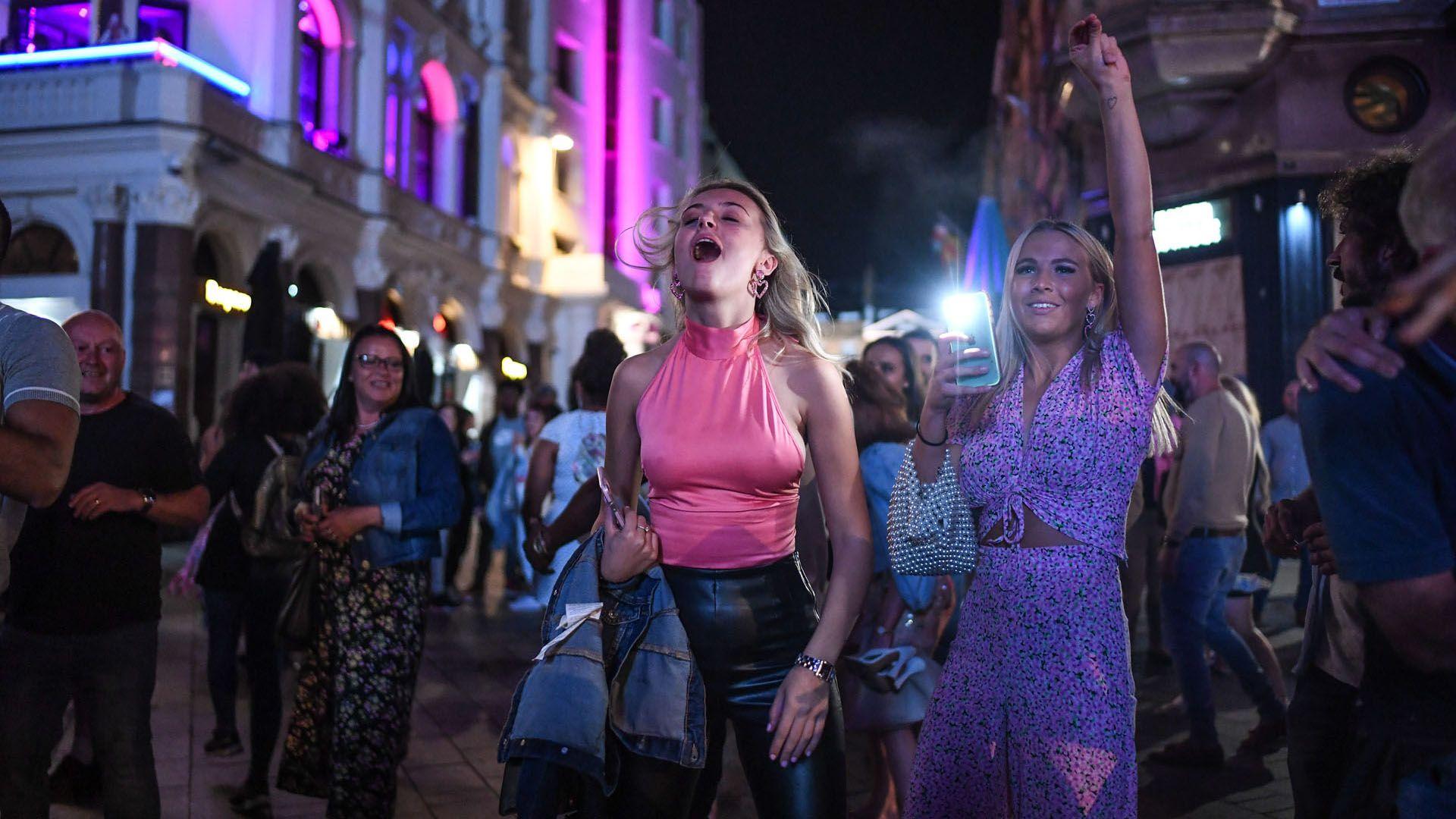Hétfőtől újra kijárási korlátozás a briteknél: bulizók lepték el az utcákat a hír hallatán