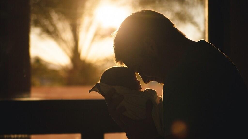 Kötelező lesz az apáknak is kivenni gyerekük születése után szabadságot Franciaországban