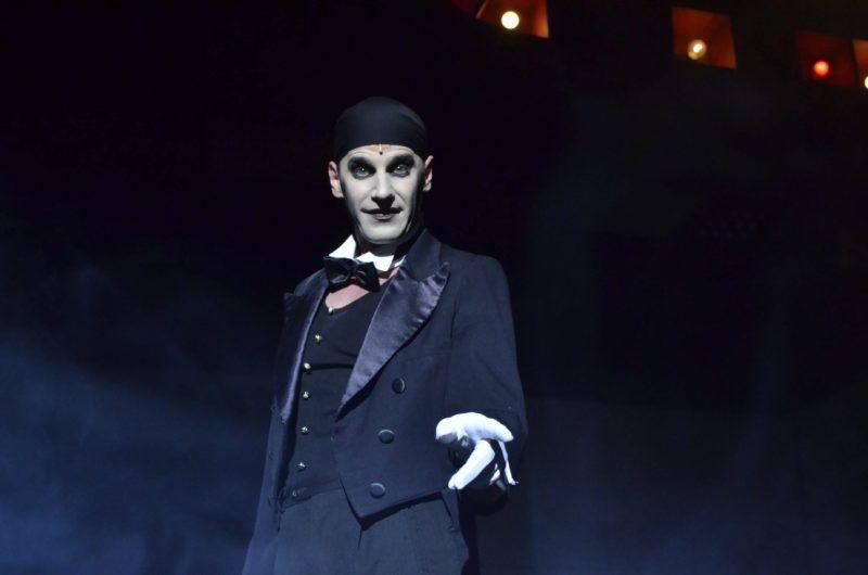 A Cabaret konferansziéjának szerepében, a szolnoki Szigligeti Színházban 2013-ban