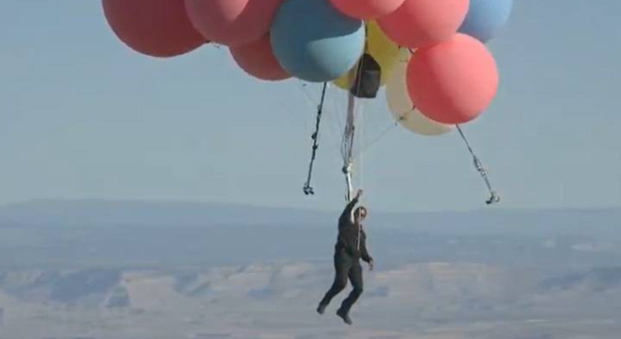 Színes léggömbökkel emelkedett a magasba David Blaine