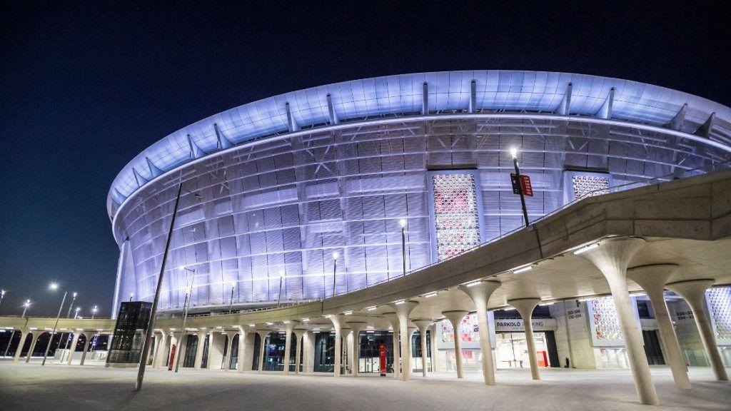 A Puskás Ferenc Stadion az egészségügyi dolgozók tiszteletére kivilágítva idén áprilisban (fotó: MTI/Mónus Márton)