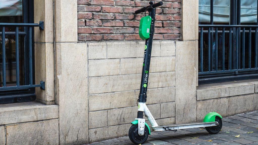 Nem lehet parkolni e-rollerel az I. kerületben