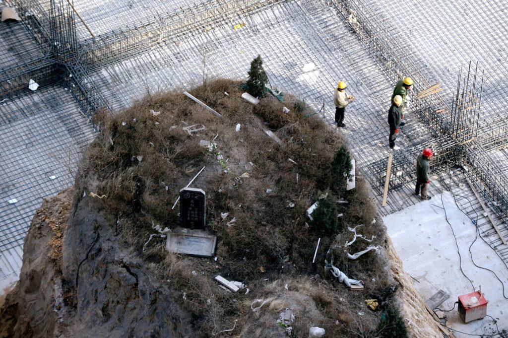 Magányos síremlék egy építkezésen Kínában
