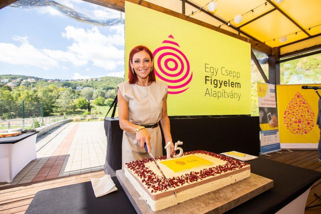 ERős antónia felvágta az évfordulós tortát