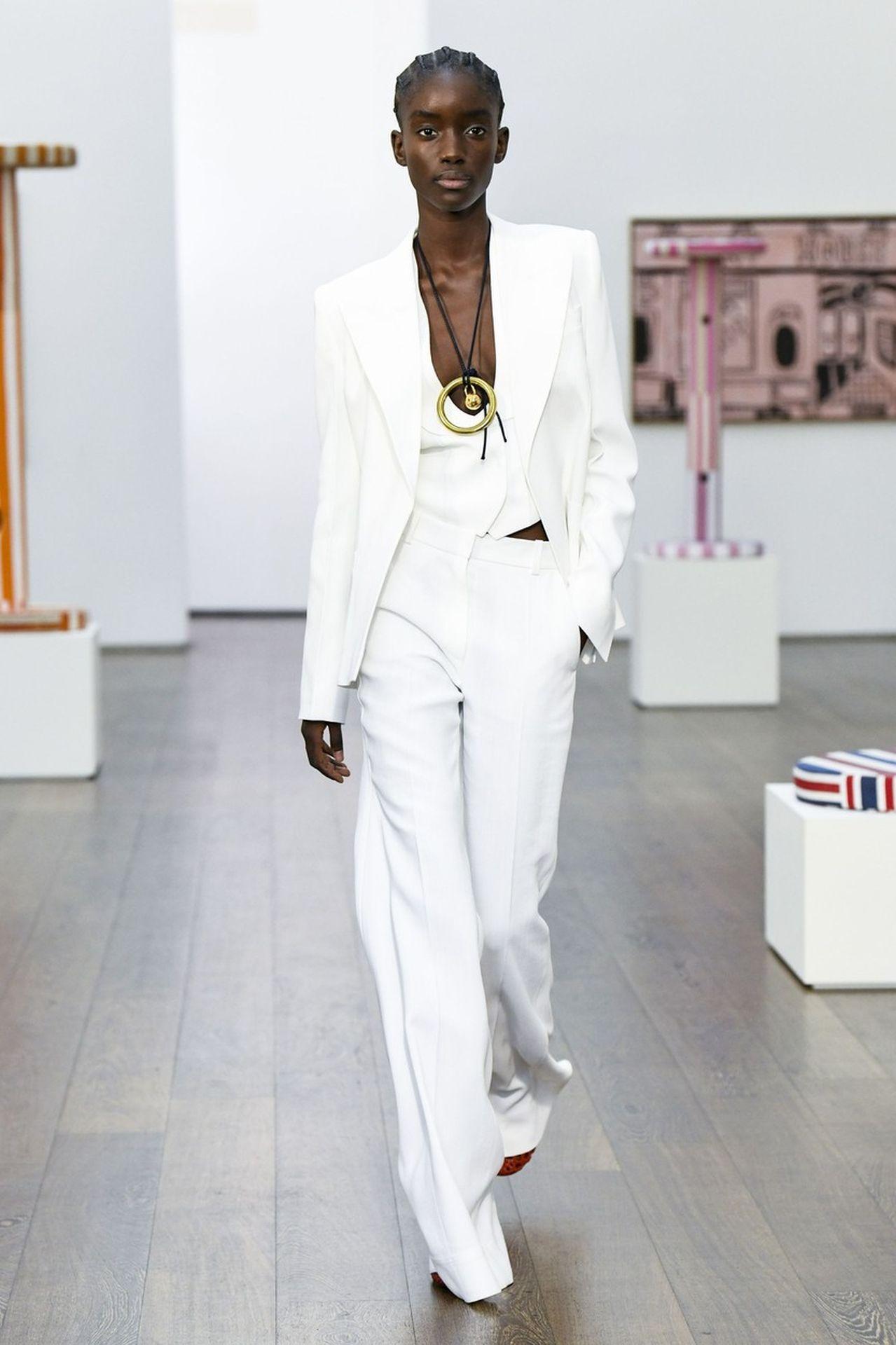 Victoria Beckham fehér nadrágkosztüm
