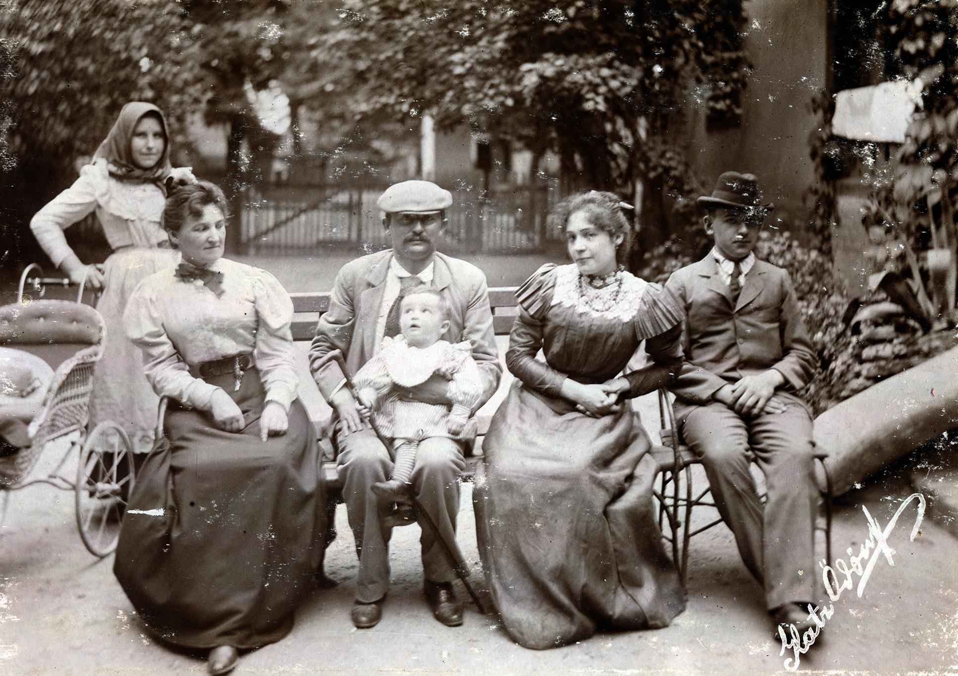 Családi fotó, háttérben a cseléddel - 1913