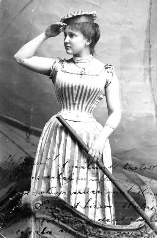 fiatal nő fűzőben a századfordulón.