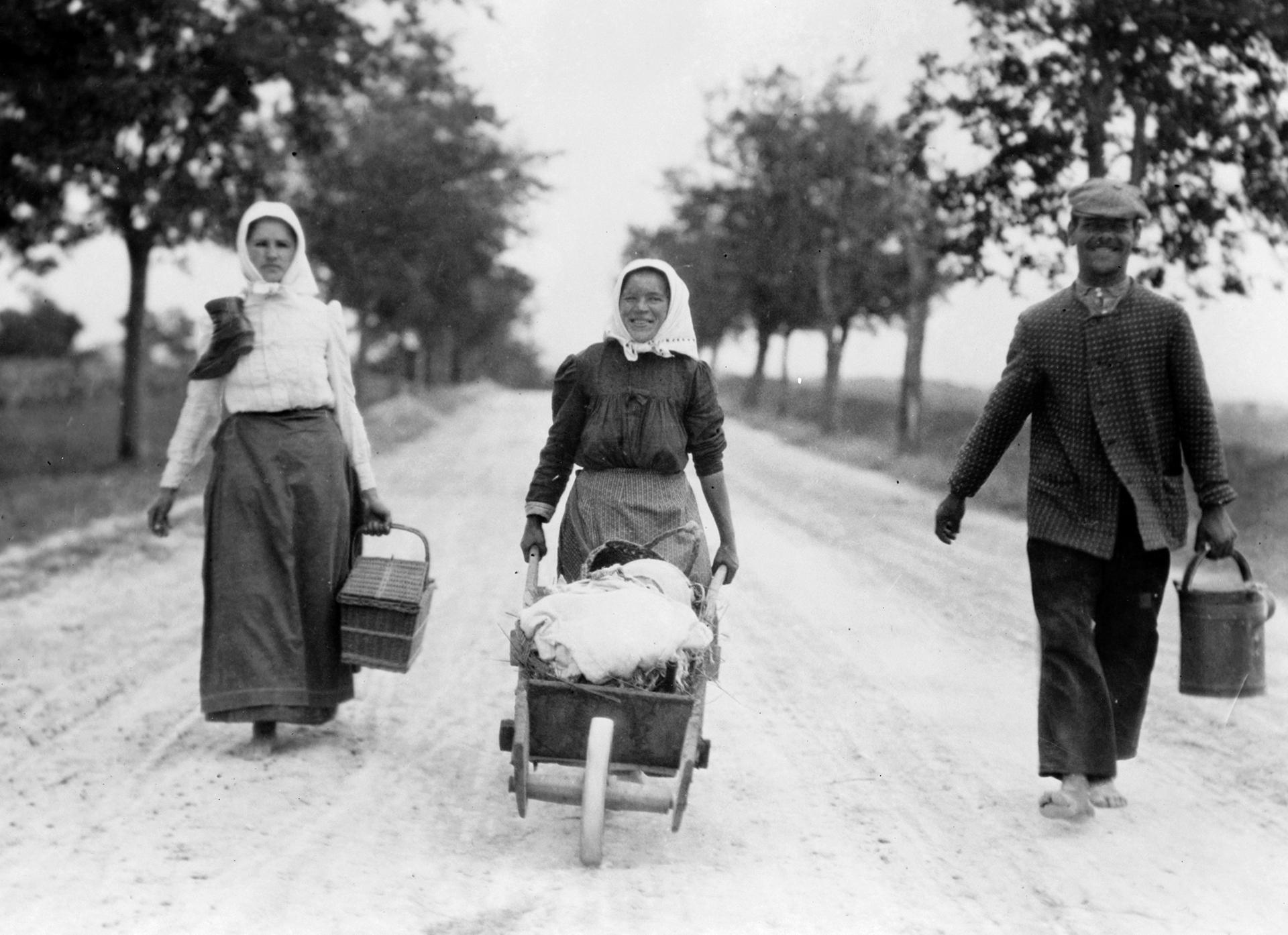 Egy huszas évekbeli polgári családból származó nő és egy vidéki parasztasszony megjelenése között között ég és föld volt a különbség.