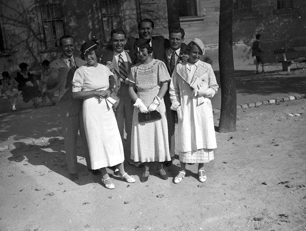 Társasági élet az utcán - 1934