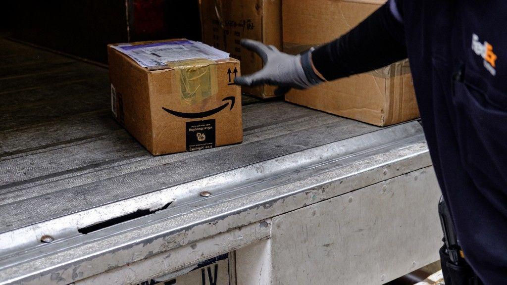 Egy Amazon csomag szállítás közben (fotó: Christopher Lee/Bloomberg via Getty Images)