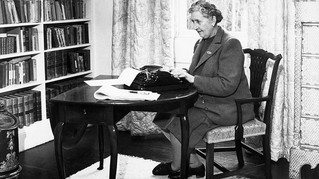 Agatha Christie 1946-ban, otthonában