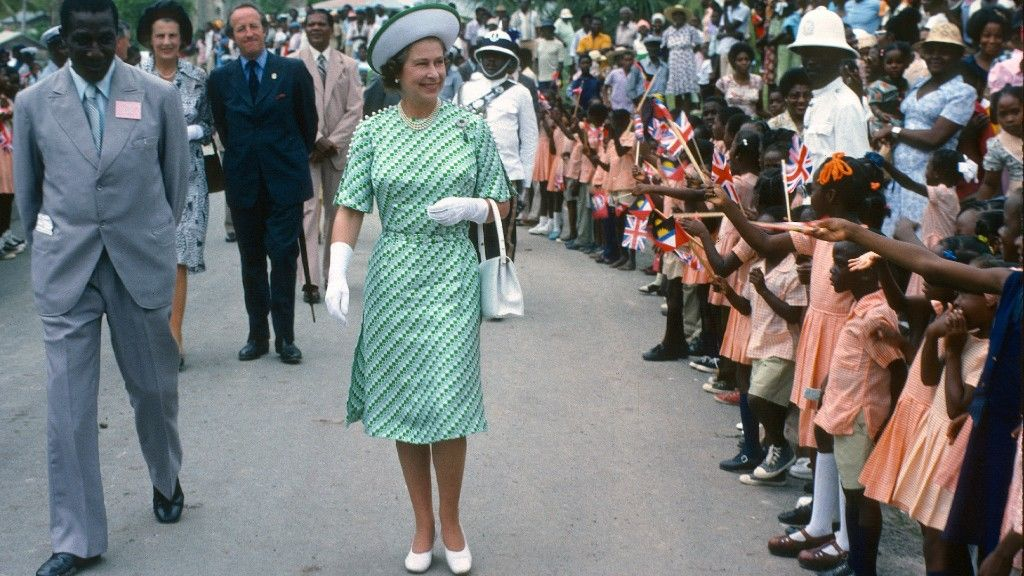 II. Erzsébetet üdvözli Barbados népe az 1977-es látogatásán (fotó: Anwar Hussein/Getty Images)