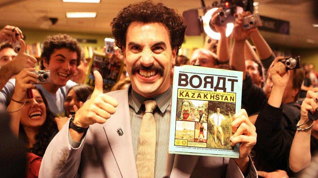 Sacha Baron Cohen Boratként dedikál egy könyvesboltban (fotó: Ian West - PA Images/PA Images via Getty Images)