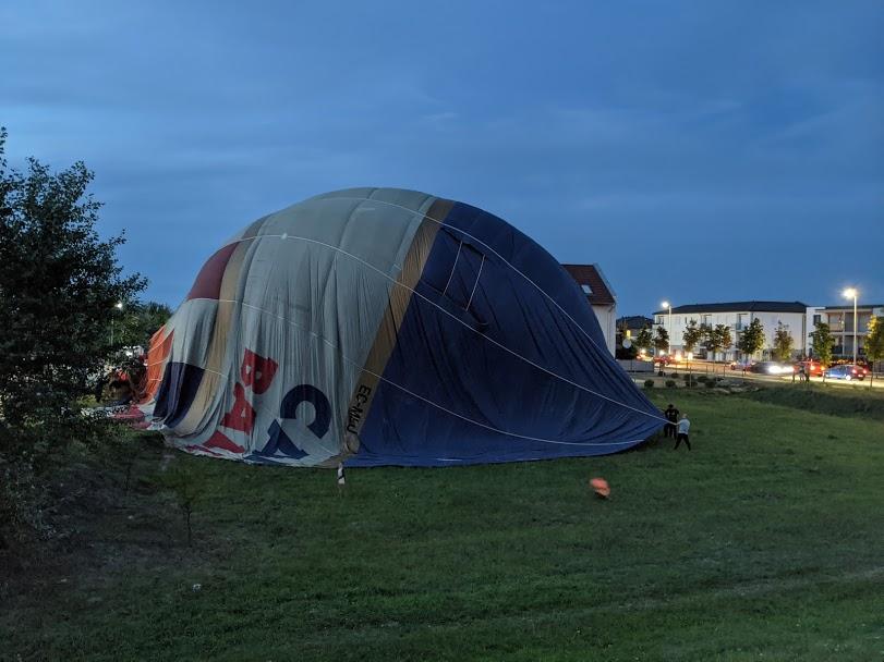 Kis híján lakóházakra ereszkedett egy hőlégballon Győr közelében