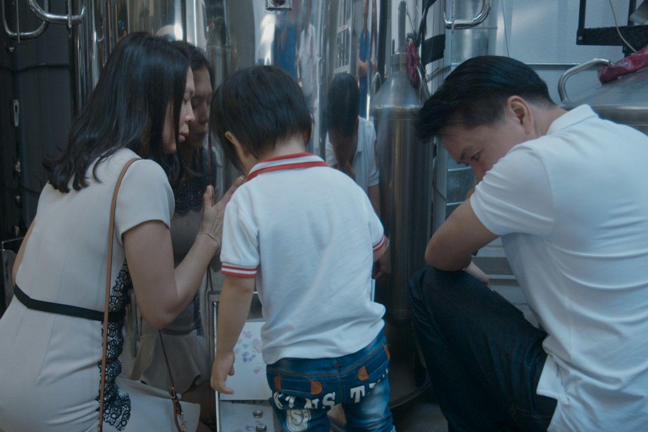 A család meglátogatja Einz hibernált maradványait az Alcor központjában (fotó: Netflix)