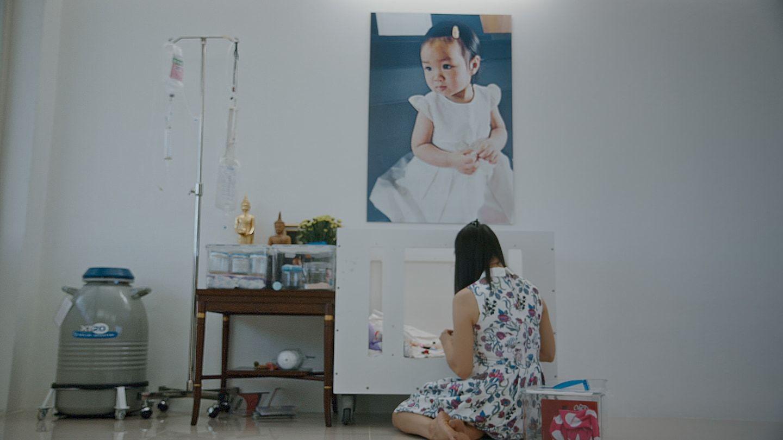 Édesanyja Einzra emlékezik a gyerekszobában (fotó: Netflix)