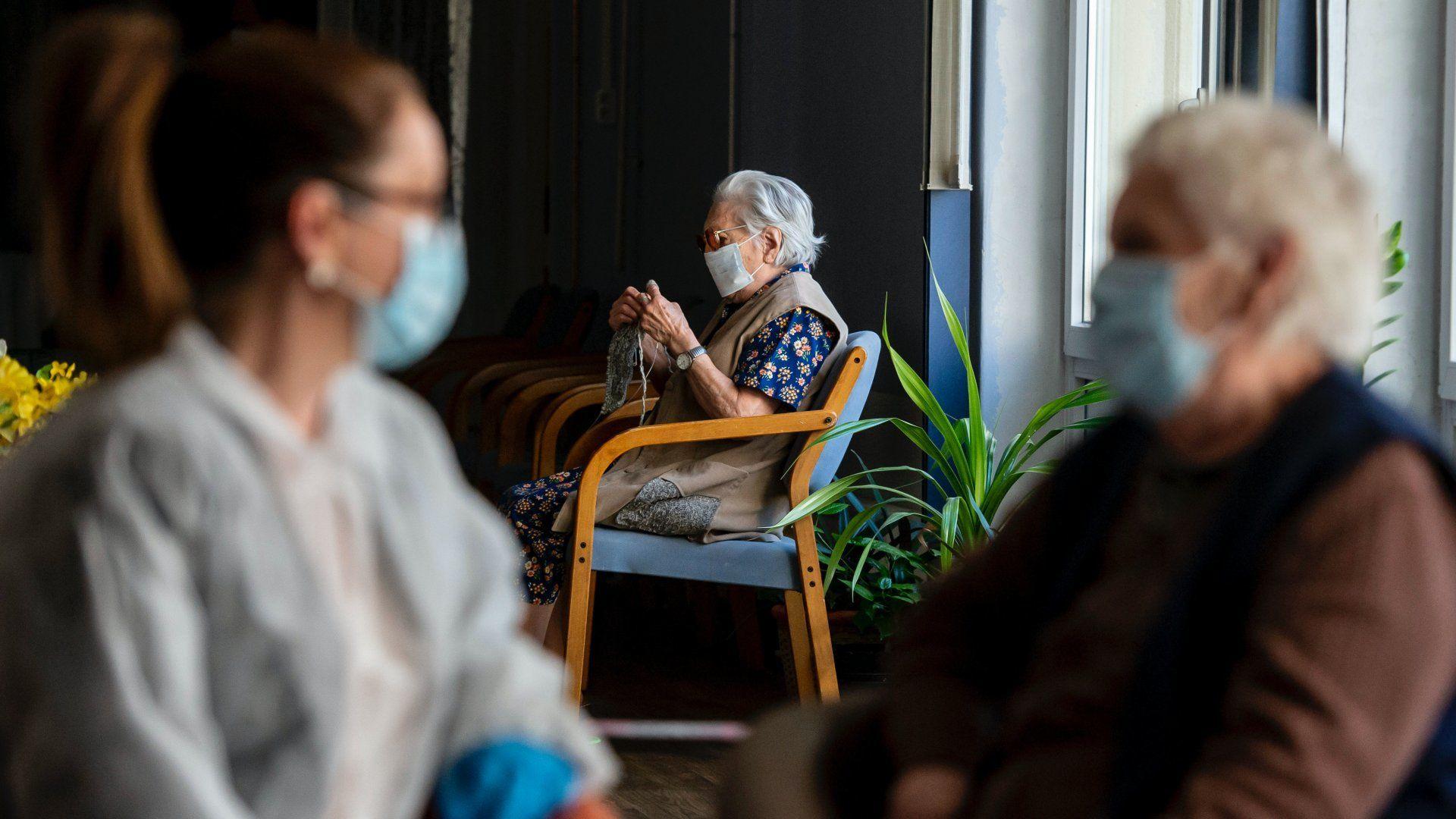 A koronavírus miatt maszkot viselő idősek egy idősotthonban