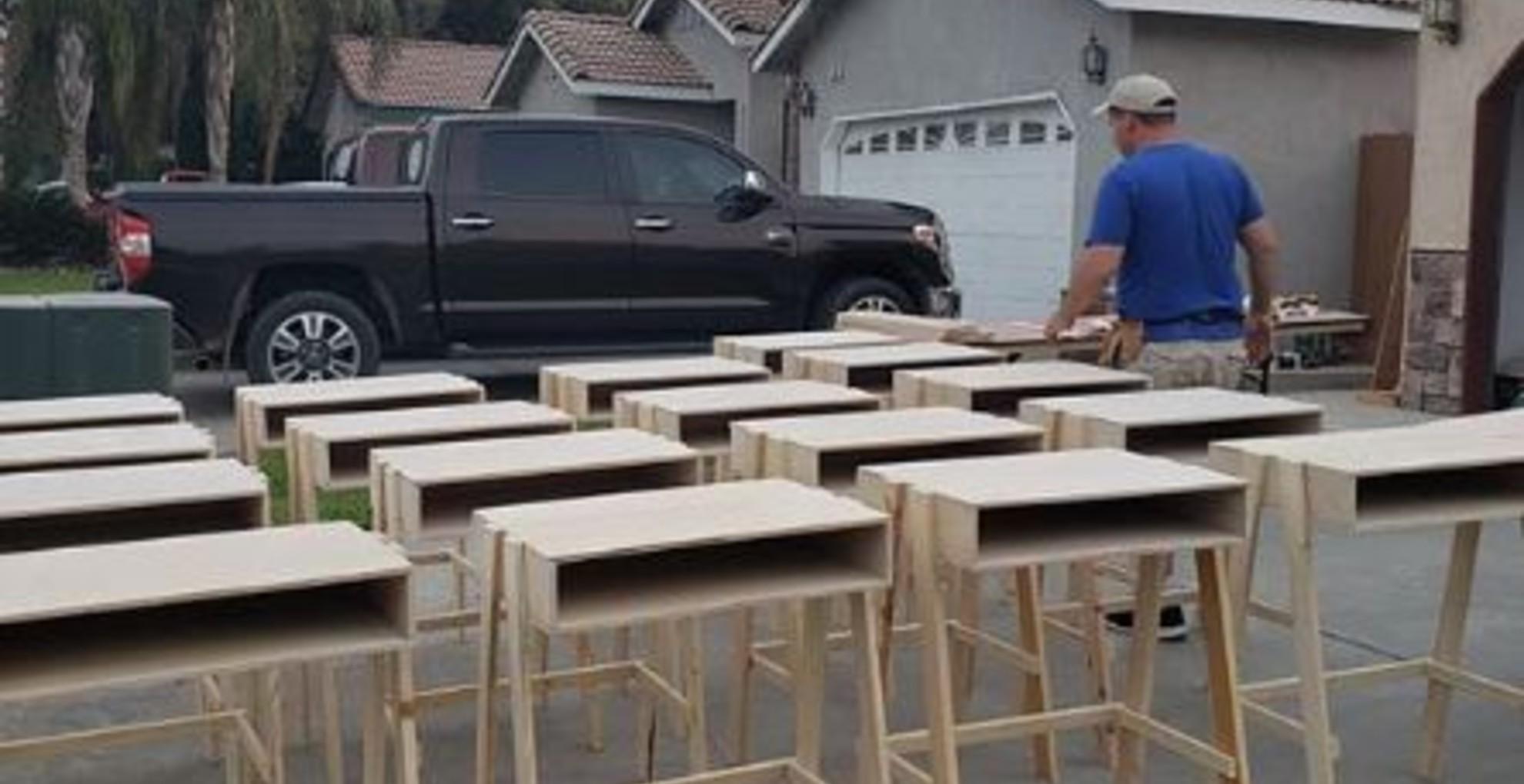 35 íróasztalt készített rászoruló családoknak