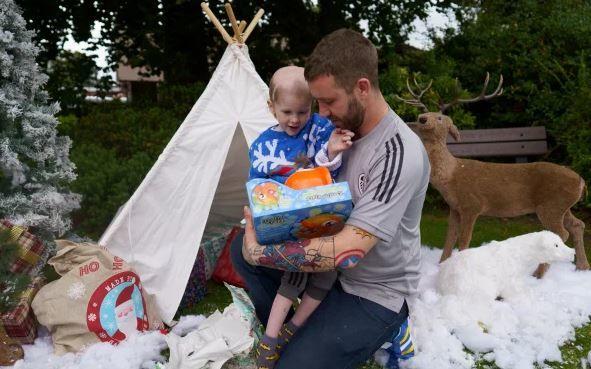 Három hónappal előbb ünnepelték a karácsonyt haldokló kisfiuk kedvéért