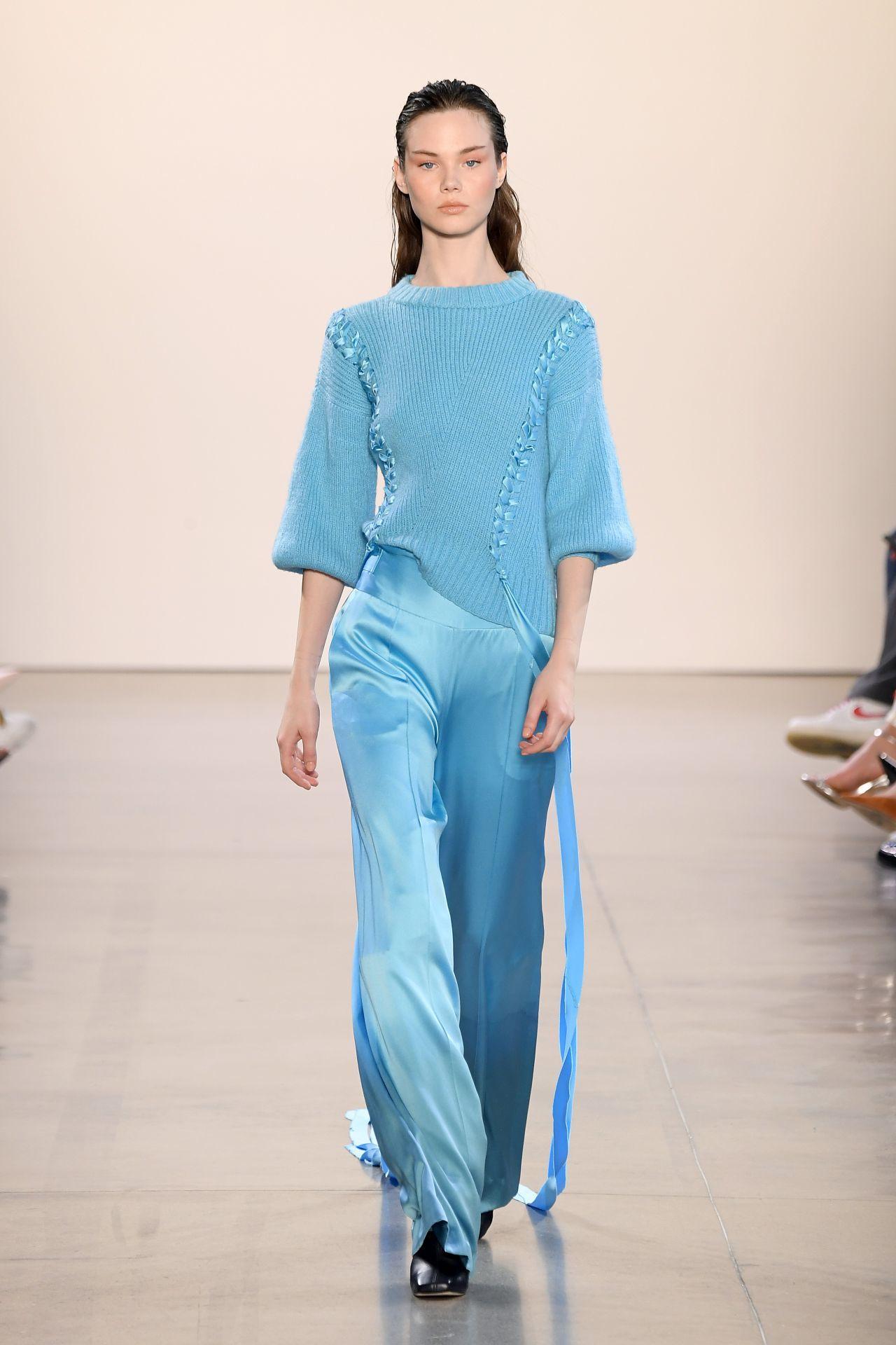 Alejandra Alonso Rojas kék ruha