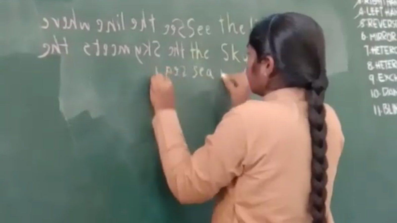 Bámulatos: egyszerre tud írni mindkét kezével ez a 16 éves lány