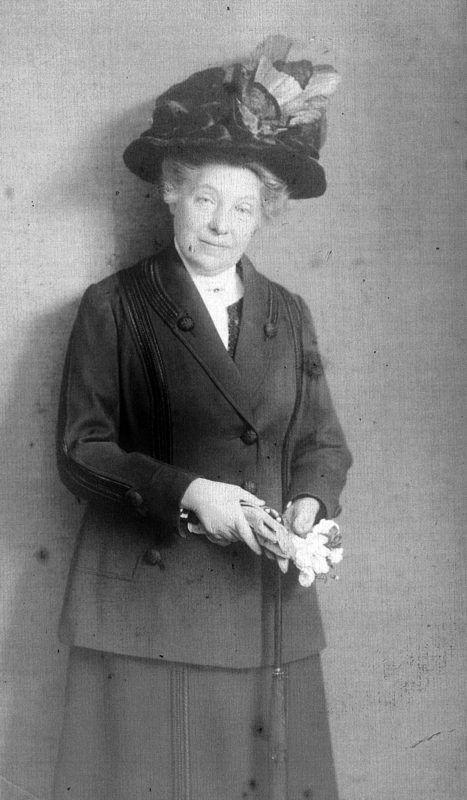 Idős nő kalapban