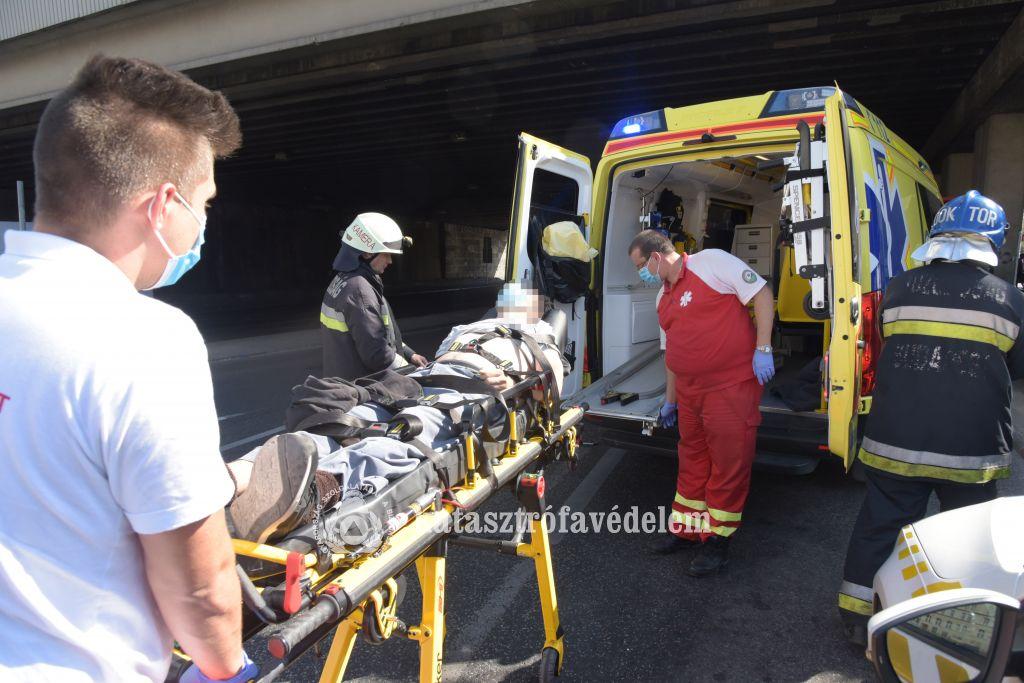 Korlát közé szorult férfit mentettek a tűzoltók a Boráros téren